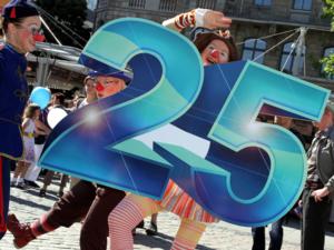 """Eine Gruppe der Dienstagsclowns aus Hannover positioniert sich um eine große """"25""""."""