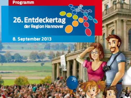 Auschnitte des Programmheft-Deckblatts aus dem Jahr 2013: Die Entdeckertagsfamilie neben dem Opernplatz und zahlreichen Besuchern, dahinter ist eine Landschaft mit Windrädern platziert.