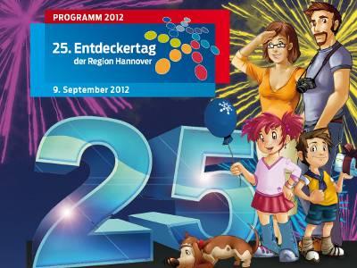 Collage aus den Bestandteilen des Programmhefttitelbildes aus dem Jahr 2012: Die Entdeckertagsfamilie neben einer großen 25, dahinter steigen die Explosionen eines Feuerwerkes in den Himmel auf.