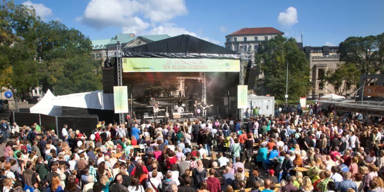 Viele Menschen verfolgen das Bühnenprogramm auf dem Opernplatz