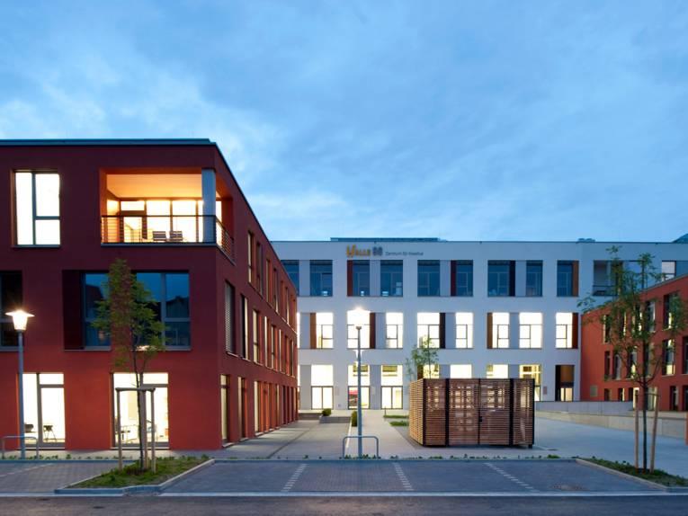 """Moderner Gebäudekomplex auf dem ehemaligen Hanomag-Gelände in Hannover. An der Fassade steht """"Halle 96. Zentrum für Kreative""""."""