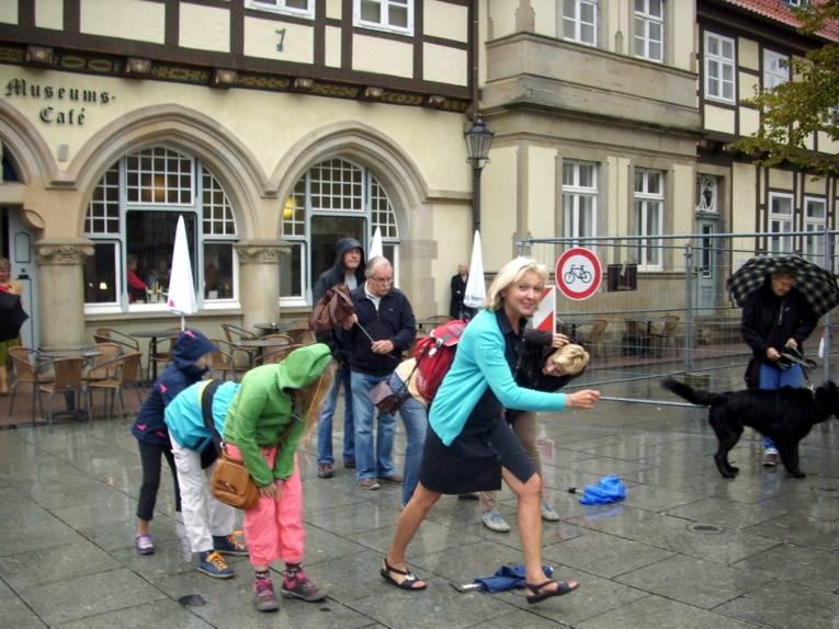 Eine Stadtführerin animiert Kinder zu einem Spiel in der Celler Altstadt.