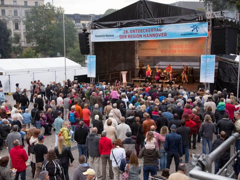 Ein breites Publikum verfolgt das Programm der Bühne auf Hannovers Opernplatz.