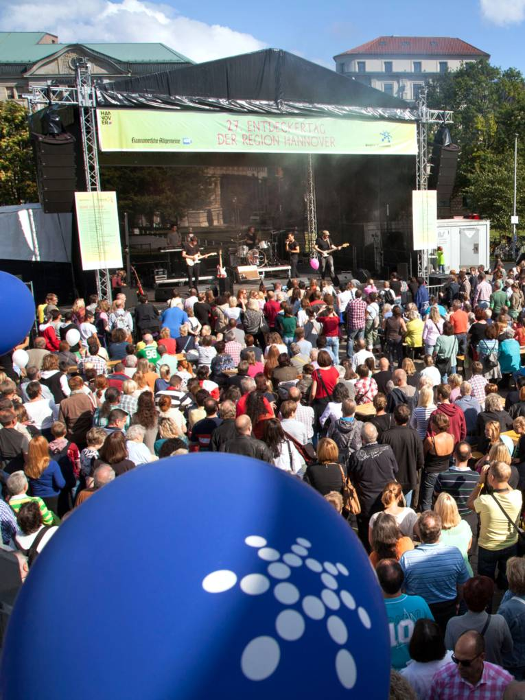 Viele Menschen stehen auf dem Opernplatz in Hannover und verfolgen das Programm auf der Hauptbühne.