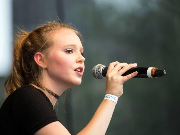 Lina Larissa Strahl singt beim Entdeckertag