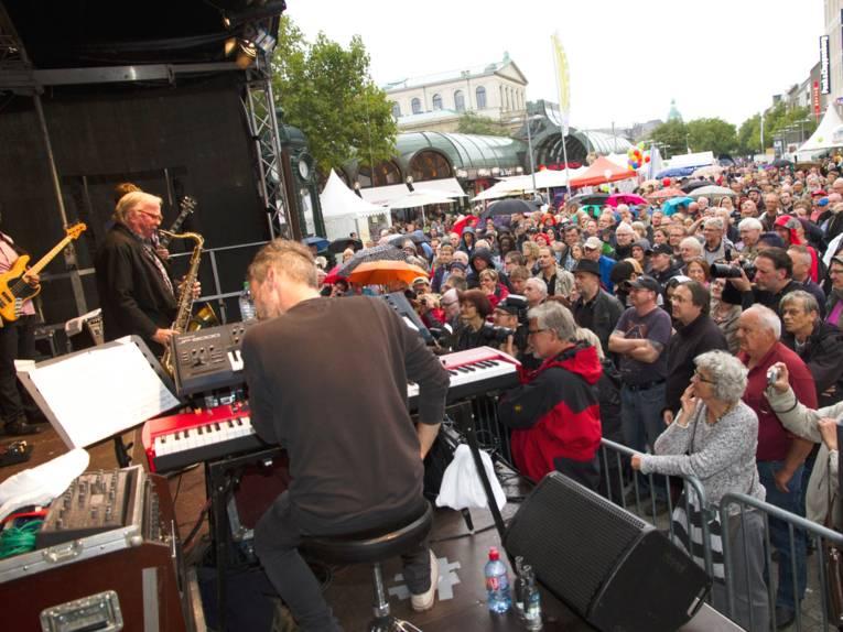 Viele Menschen folgen dem Auftritt von Klaus Doldinger auf der Jazzbühne am Kröpcke