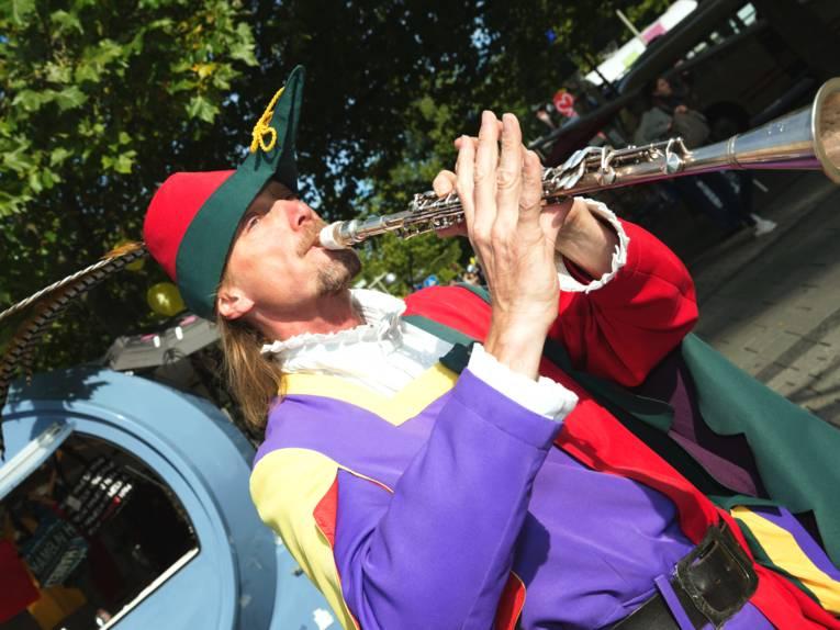 Ein kostümierter Mann spielt auf einer Flöte